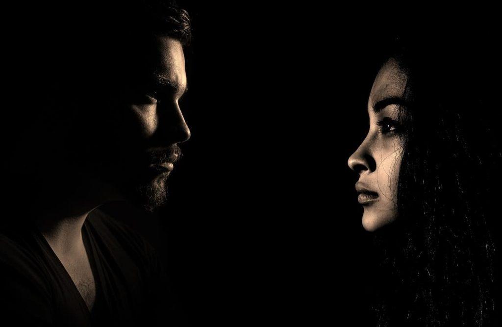 Immagine di una coppia in criisi, come recuperare il rapporto di coppia con la comunicazione